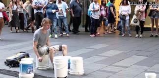 Этот парень уселся посреди улицы с ведрами. Через пару минут на него глазели все!