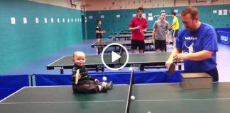 Вот это да! Малыш классно играет в Пинг Понг!