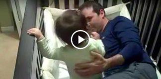 Как папа укладывал дочку спать... Это так мило!
