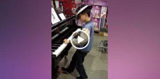 Маленький мальчик потрясающе играет на фортепиано!
