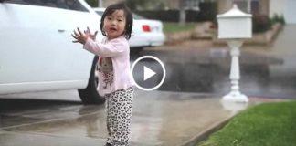 Реакция маленькой крохи на дождь